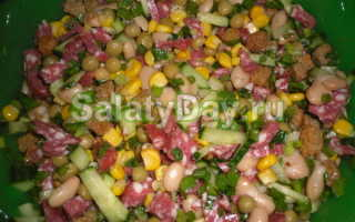 Салат с кириешками и колбасой и морковью