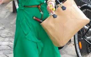 Зеленое платье с красными туфлями