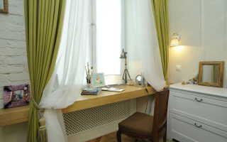 Стол подоконник в комнате